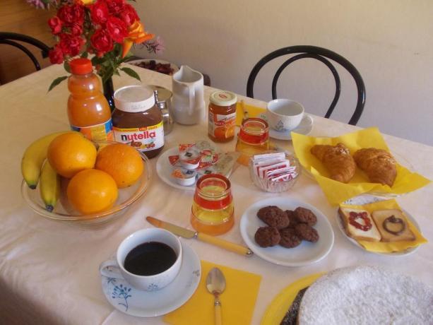 Colazione a buffet con prodotti locali a Spello
