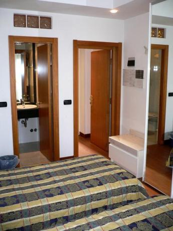Camera con letti singoli e bagno a SanBenedetto