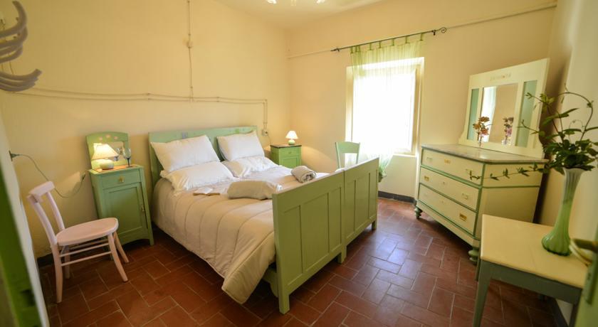 Camera da letto Ostello con mobili verdi