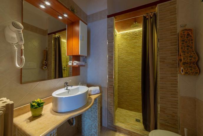 Bagno camera con ampio box doccia B&B Lecce