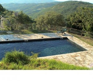 Piscina con solarium in agriturismo ad Umbertide