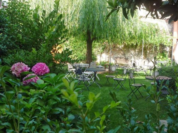 Grande giardino con tavoli nel B&B