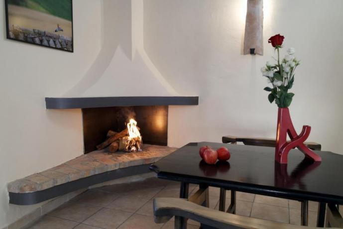 Sala con caminetto Appartamento Le-Viole Borgo-sul-Clitunno Umbria