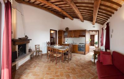 Soggiorno appartamento Melograno cucina e camino