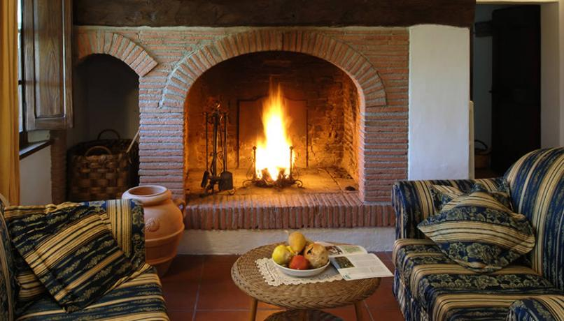 Salotto Casolare con camino a Castiglione del Lago