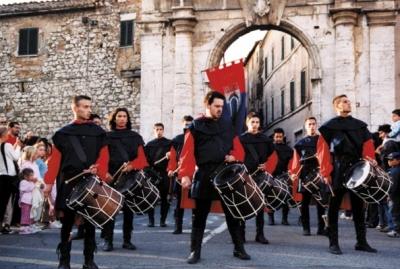 Tamburini in abiti d'epoca durante il corteo
