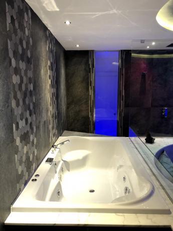 camera vasca idromassaggio 2 posti vicino al letto