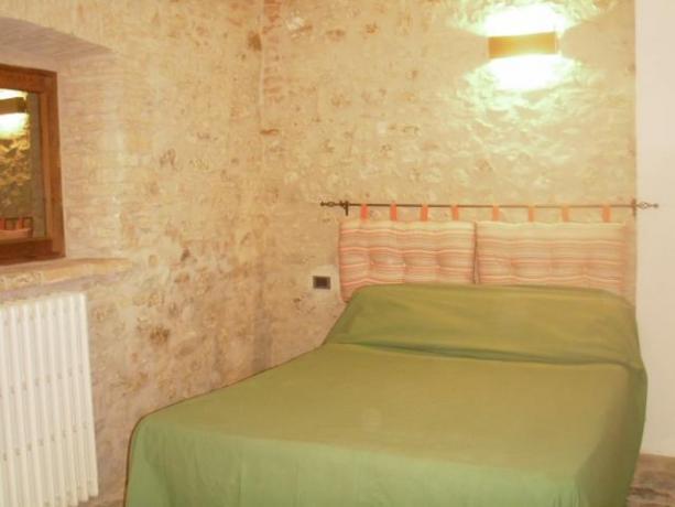 Appartamento con letto matrimoniale e termosifone a Umbertide