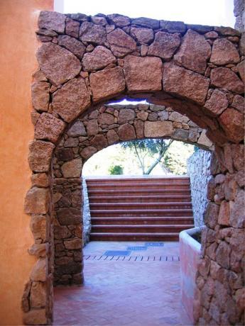 Archi in pietra all'hotel vicino Porto Cervo