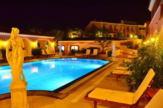 Vista albergo a Orosei in notturna con piscina