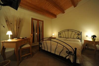 Camera matrimoniale con soffitto in legno