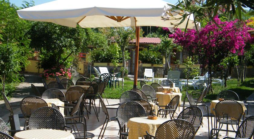 Sala Ristorante all'aperto Albergo Villaggio a Palinuro