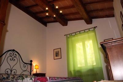 Camera matrimoniale in stile rustico, primo piano