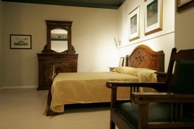 camera in legno massello, comò con segreto