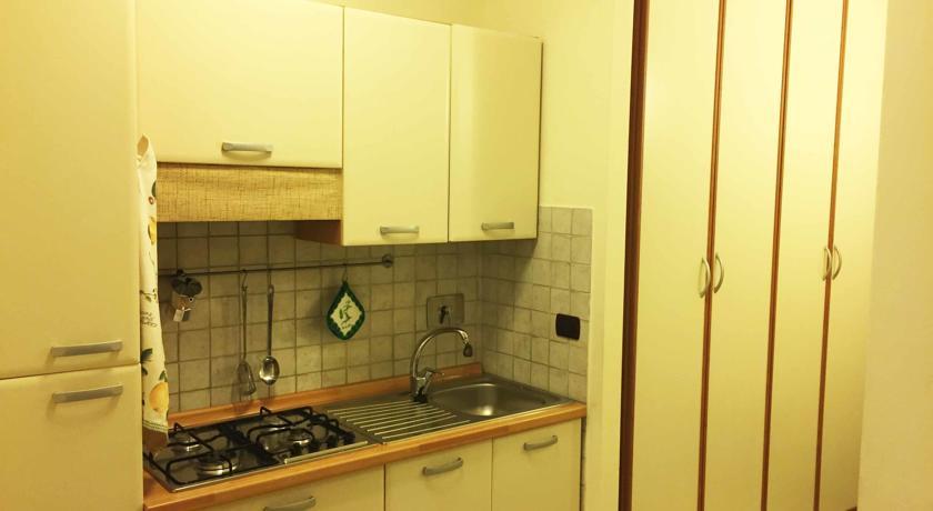 armadio e cucina in Suite angeli ad Assisi