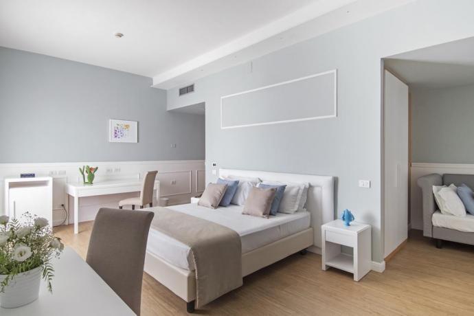 Camera quadrupla con divano-letto e scrivania lavoro Manfredonia