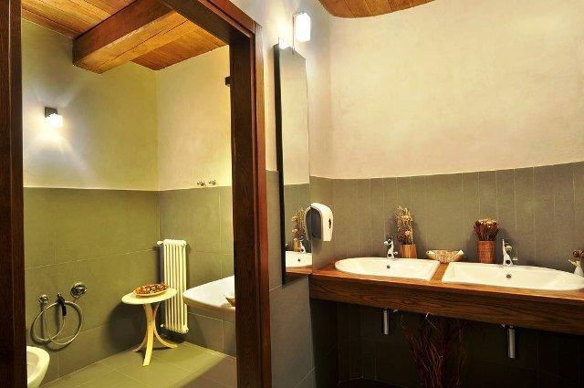 Bagno con mobili in legno di rovere