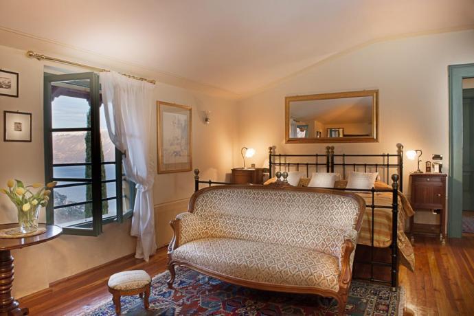 Suite con divano d'epoca e finestra con vista