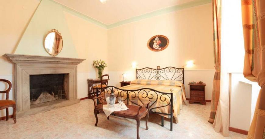 Camera Matrimoniale Romantica con Camino in Villa