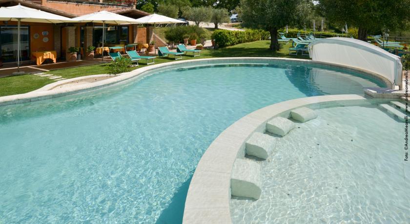 Solarium bordo piscina solfurea con cascatelle ed idromassaggio