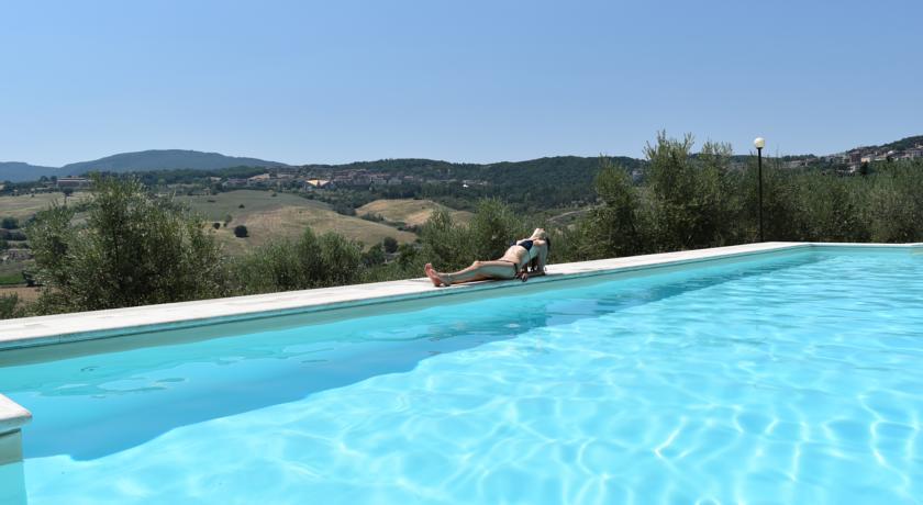 Piscina esterna con idromassaggio in Toscana