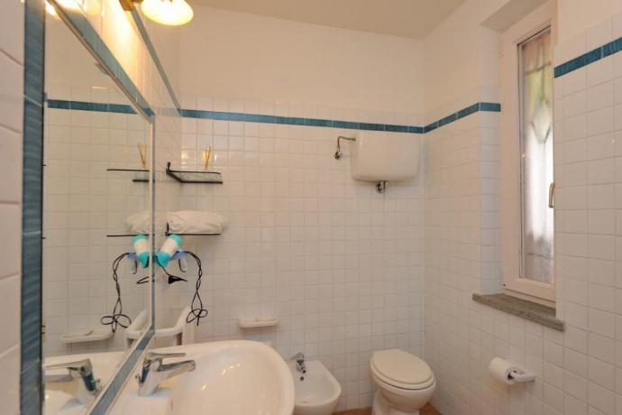 Bagno privato in appartamento a Magione con set-cortesia