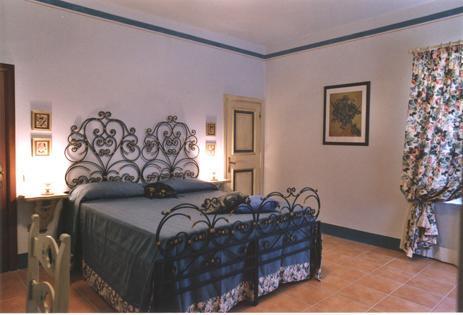 Camera matrimoniale con balcone panoramico nelle Marche
