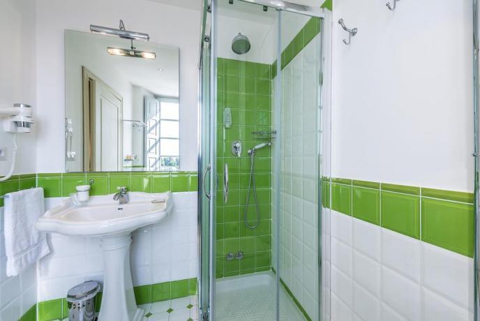 bagno spazioso con doccia