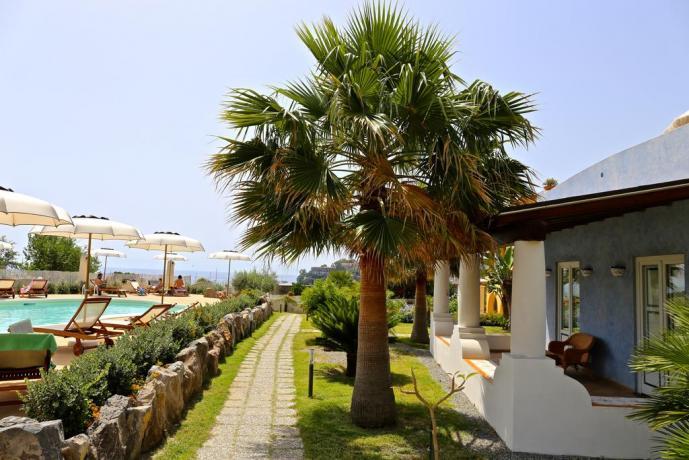 Piscina e solarium in Hotel 4 stelle Lipari