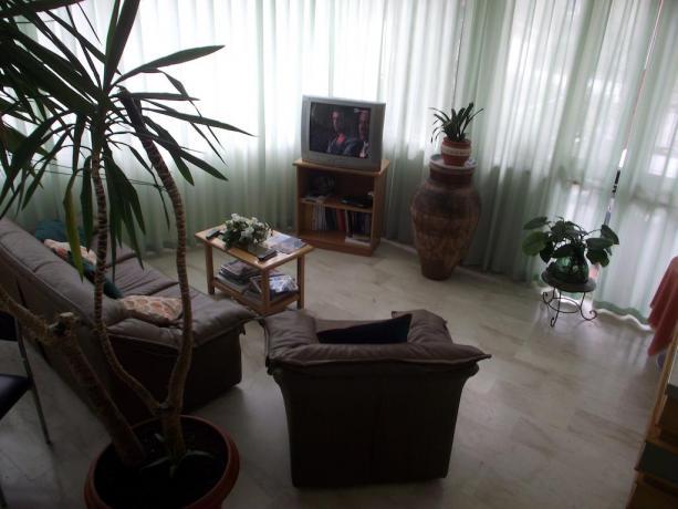 Sala comune con TV divani Hotel vicino Catania