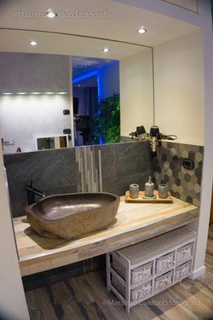 Suite con lavabo di design in pietra