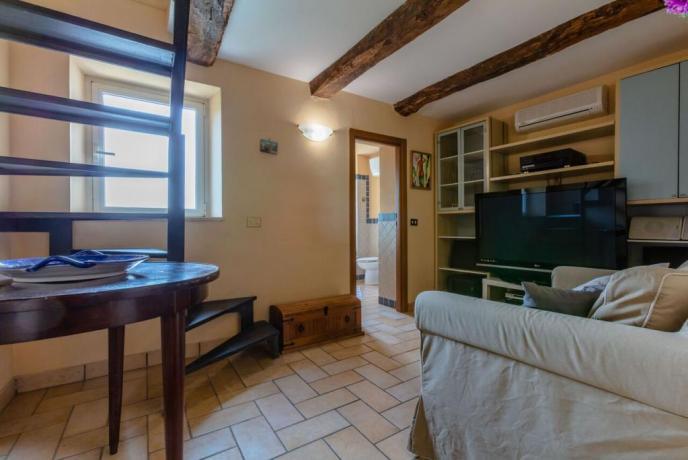 Ampio soggiorno con divano appartamenti a Rieti