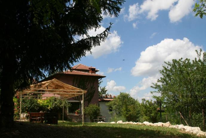casale in campagna con appartamenti spaziosi a Pavia