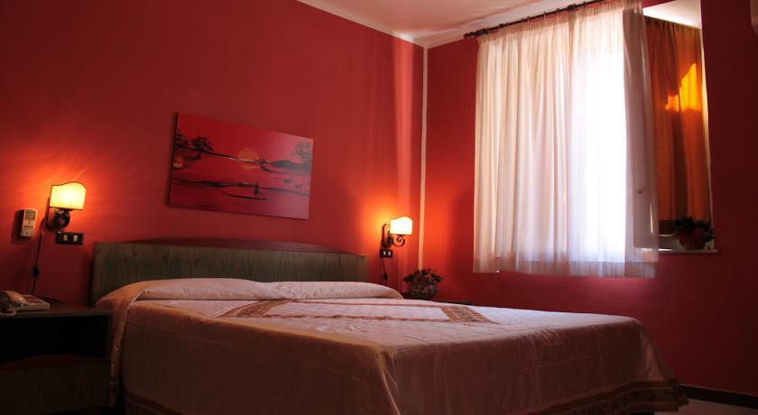 Camera matrimoniale con servizi privati nell'albergo di Palermo