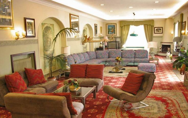 Sala comune con divani camino hotel-3-stelle Anzio