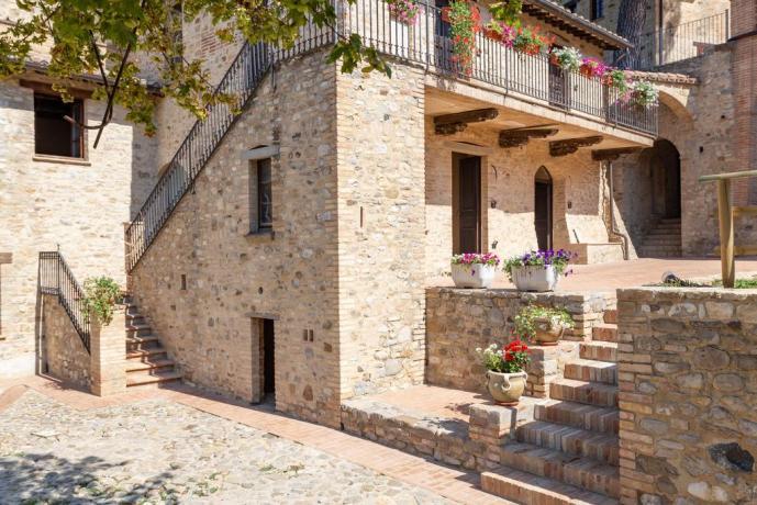 Villaggio Medioevale Indipendente con Uliveti