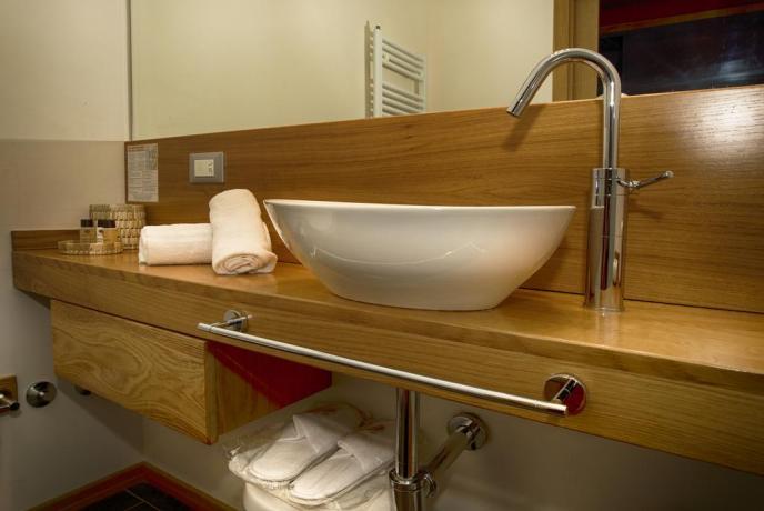 Bagno camera elegante con arredi nuovi