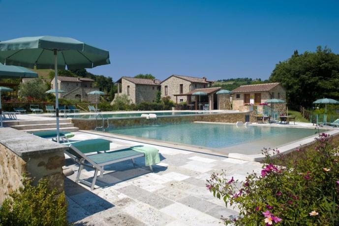 residence con piscina per bambini e adulti