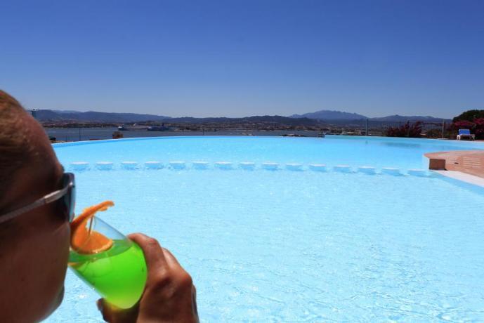 cocktail a bordo piscina con  pool bar