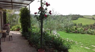 patio e ampio giardino della villa