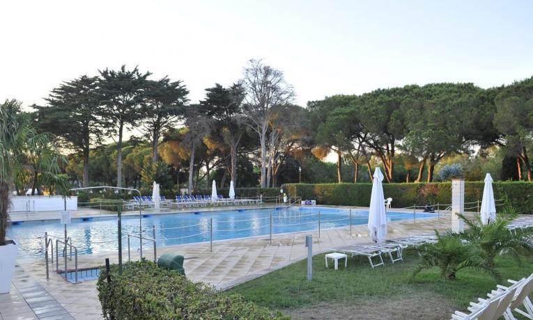 Resort con piscina noleggio ombrelloni e lettini Baia-Domizia