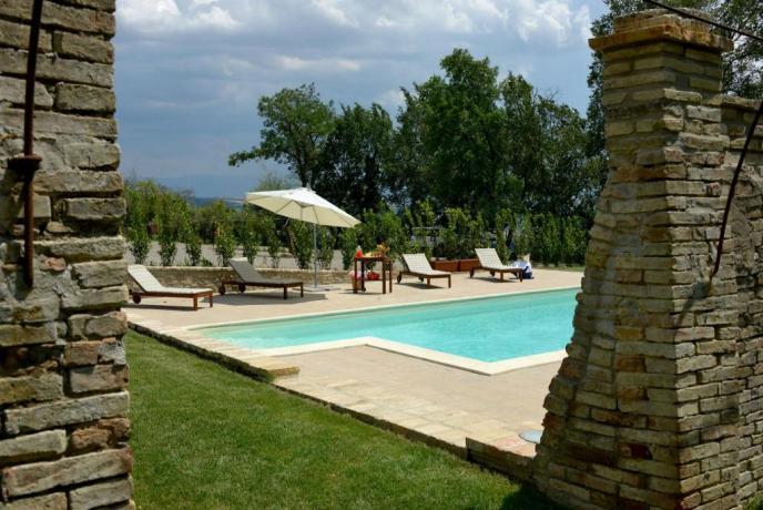 Piscina attrezzata ombrelloni e lettini Villa esclusiva Perugia