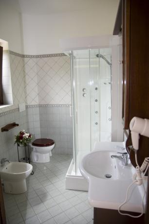 Agriturismo nel Lazio-camera con doccia idromassaggio