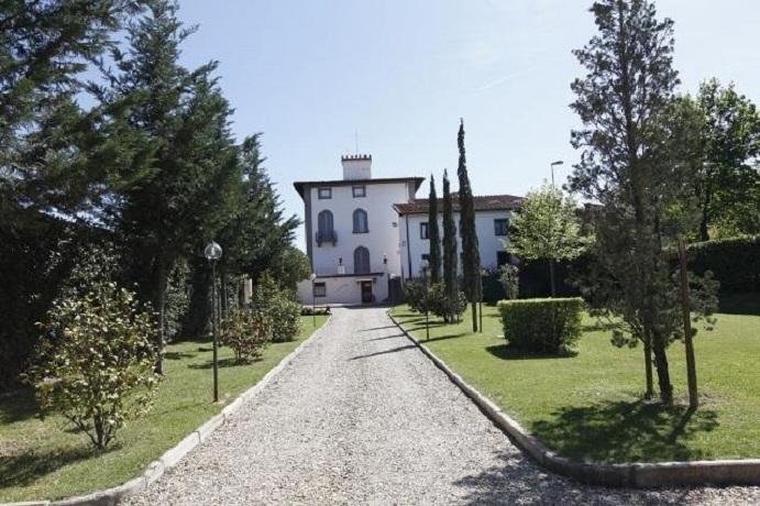 viale ingresso villa in Toscana