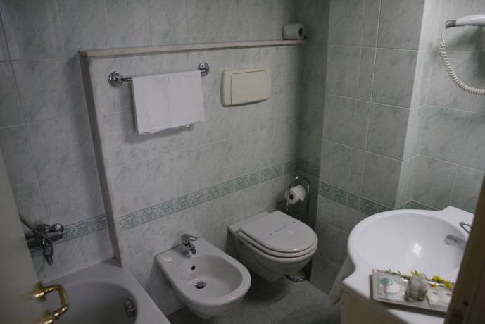 Bagno privato con doccia e asciugacapelli