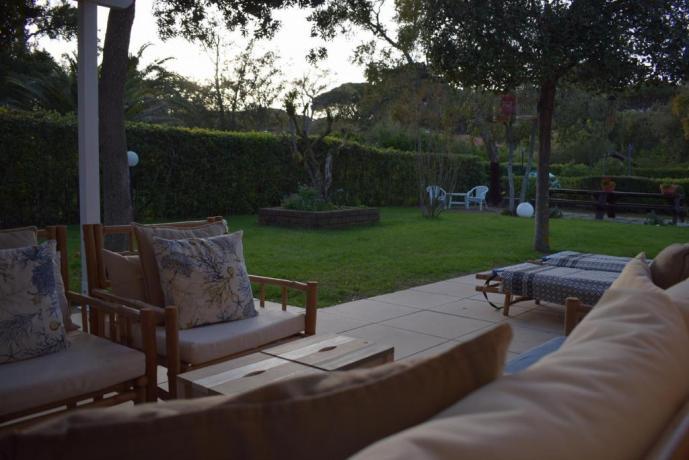 Giardino con Salottino in villa a Punta Ala