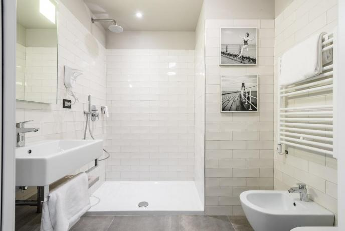 Bagni moderni al family hotel di pesaro a pesaro albergo 4 for Bagni 05 pesaro