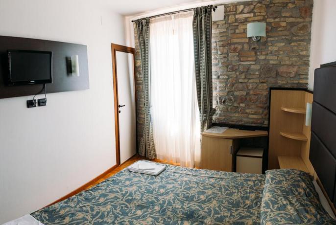 Camera matrimoniale frigo bar albergo 3stelle centro Assisi