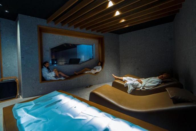 Zona relax con chaise longue ,materassi ad acqua