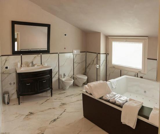 Bagno della Suite con Vasca Idromassaggio due posti